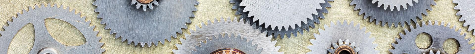 Zahnraeder Metall auf Holz